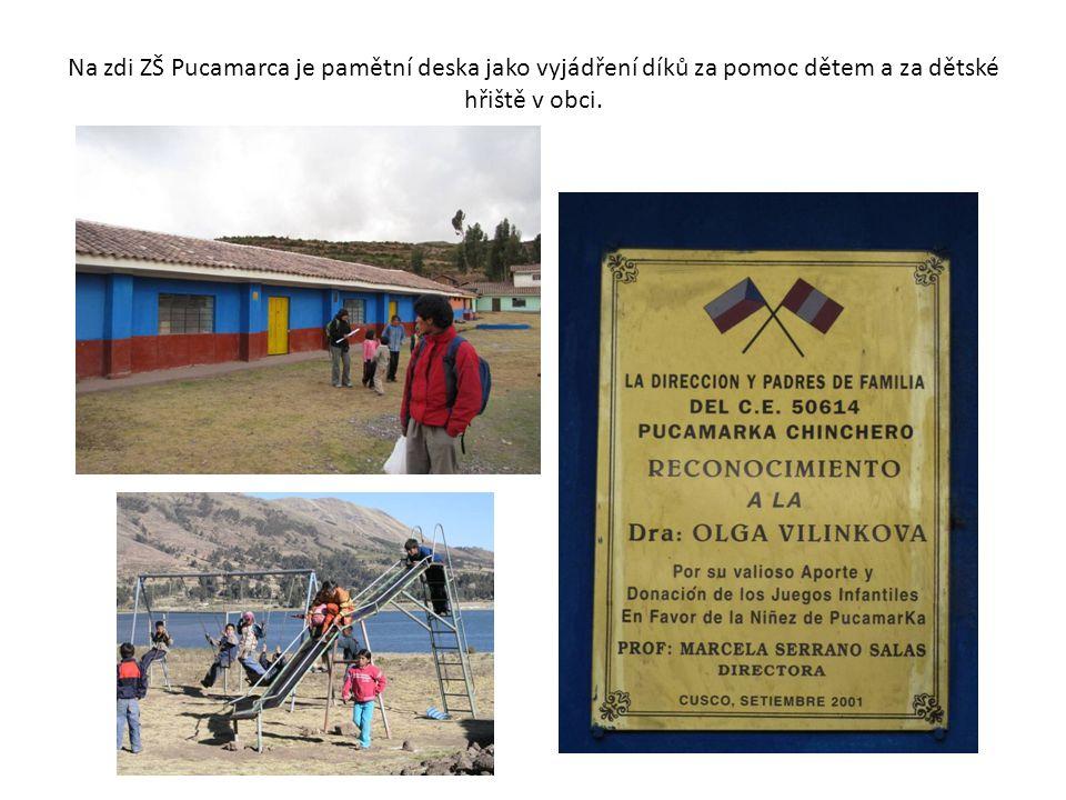 Na zdi ZŠ Pucamarca je pamětní deska jako vyjádření díků za pomoc dětem a za dětské hřiště v obci.