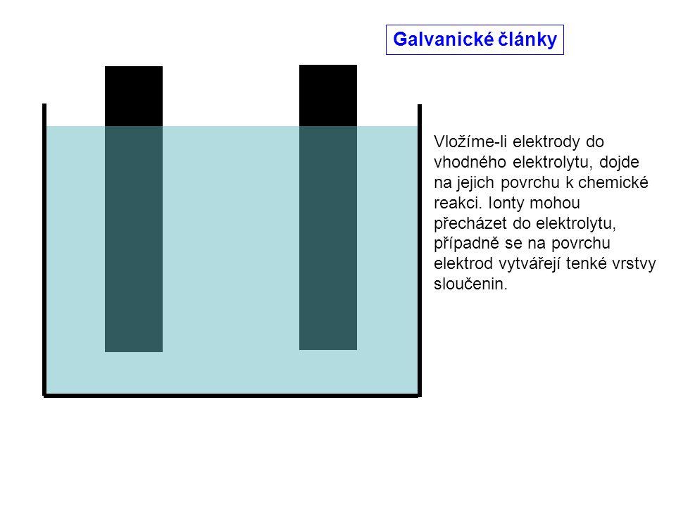 Vložíme-li elektrody do vhodného elektrolytu, dojde na jejich povrchu k chemické reakci. Ionty mohou přecházet do elektrolytu, případně se na povrchu
