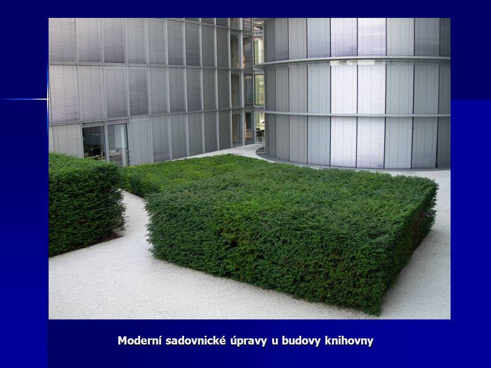 Moderní sadovnické úpravy u budovy knihovny
