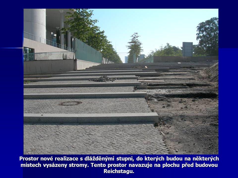 Prostor nové realizace s dlážděnými stupni, do kterých budou na některých místech vysázeny stromy. Tento prostor navazuje na plochu před budovou Reich