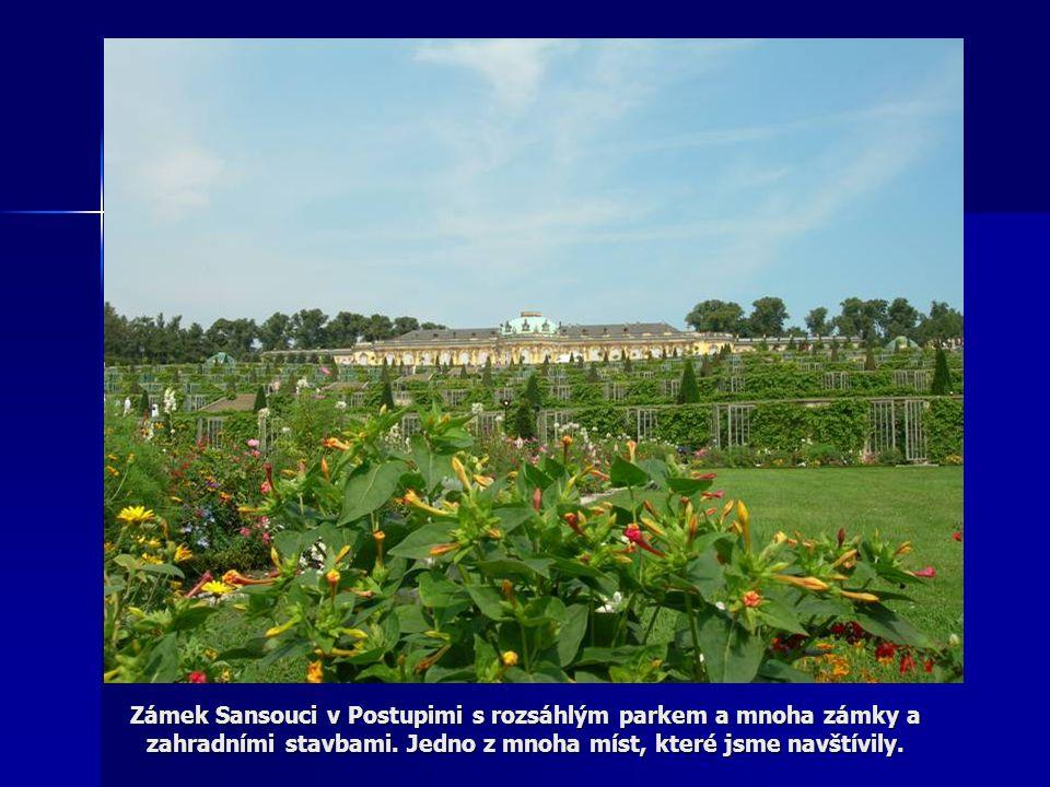 Zámek Sansouci v Postupimi s rozsáhlým parkem a mnoha zámky a zahradními stavbami. Jedno z mnoha míst, které jsme navštívily.