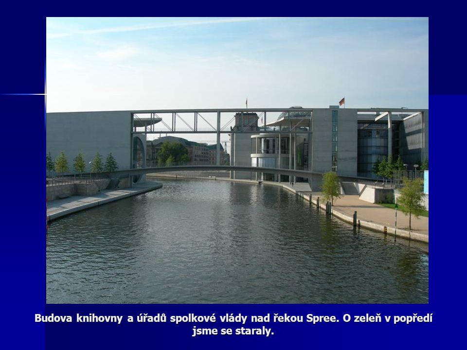 Budova knihovny a úřadů spolkové vlády nad řekou Spree. O zeleň v popředí jsme se staraly.