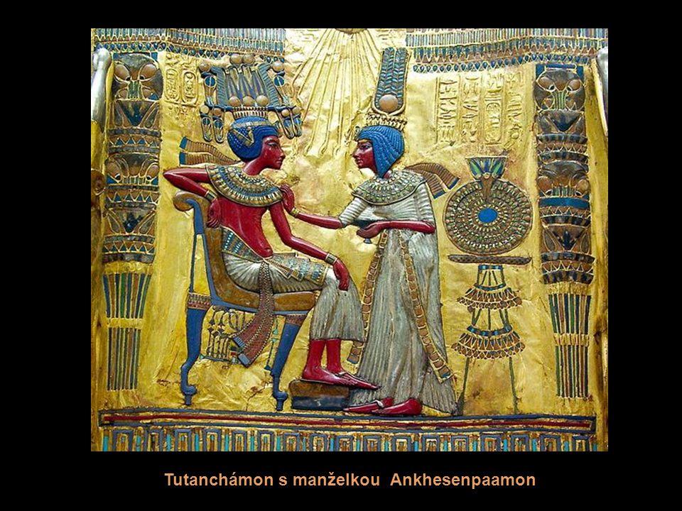 Anubis (napůl člověk, napůl šakal) - ochránce posmrtného života