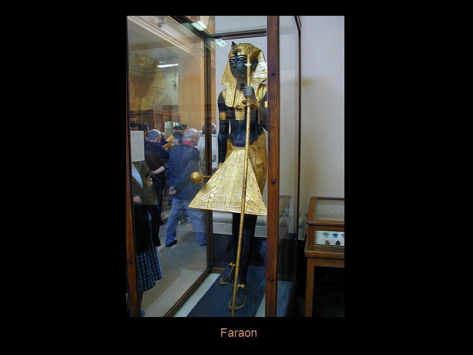 Bohyně Menkaret nese sochu faraona Tutanchamona