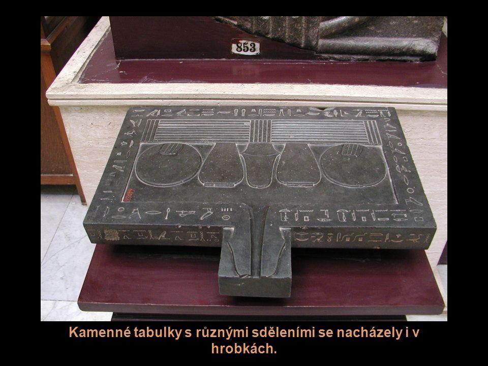 Alabastrové nádoby (kanopy), které se používají k uchování vnitřností mrtvých po mumifikaci. Toto je jiná sada.
