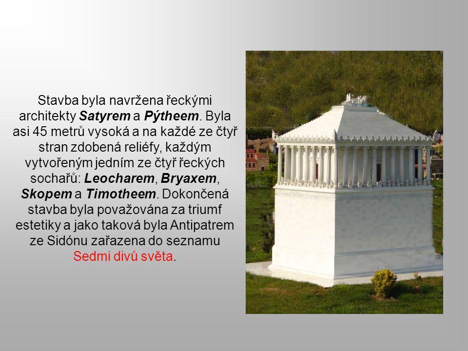 Stavba byla navržena řeckými architekty Satyrem a Pýtheem. Byla asi 45 metrů vysoká a na každé ze čtyř stran zdobená reliéfy, každým vytvořeným jedním