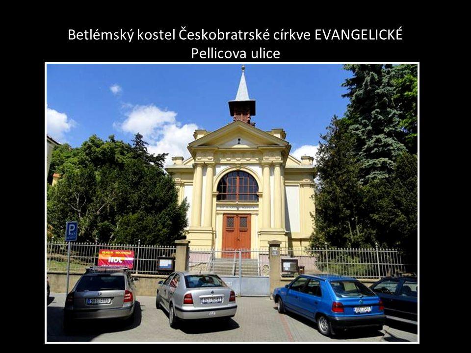 Evangelický tak zvaný Červený kostel –na Komenského náměstí boční pohled