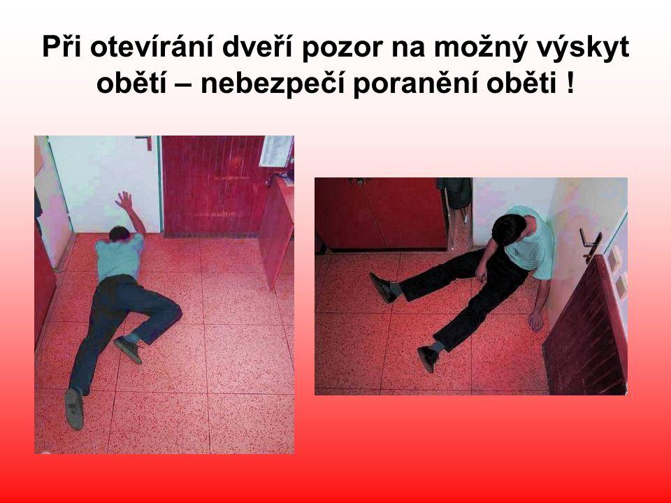 Při otevírání dveří pozor na možný výskyt obětí – nebezpečí poranění oběti !