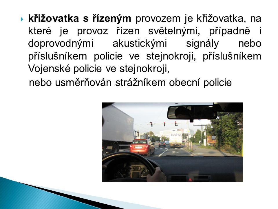  křižovatka s řízeným provozem je křižovatka, na které je provoz řízen světelnými, případně i doprovodnými akustickými signály nebo příslušníkem poli