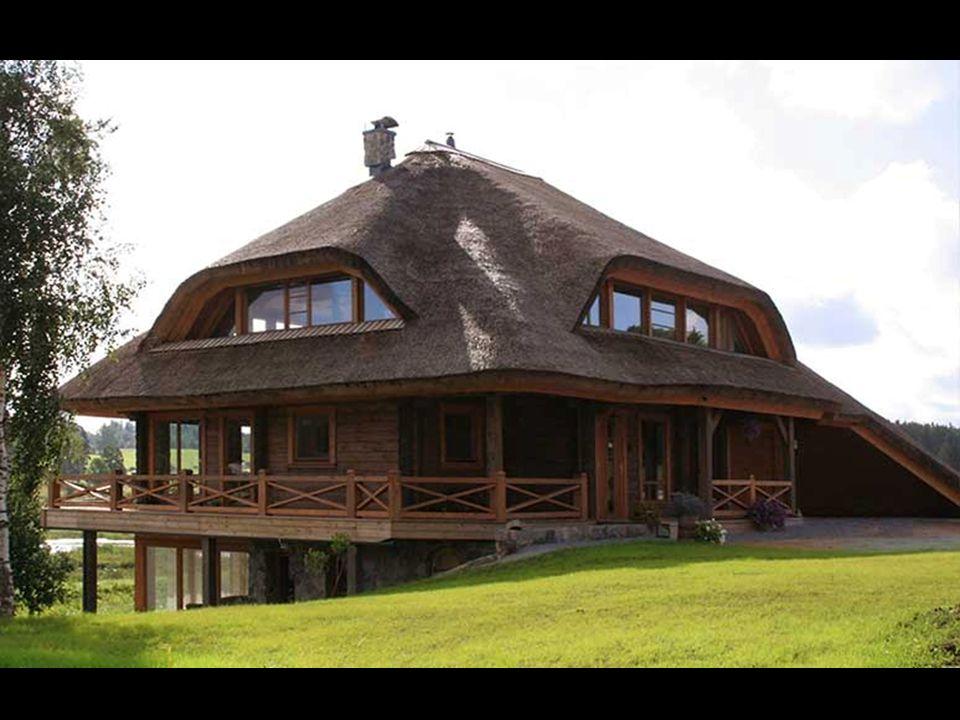 Domy, které v Amatciems jsou na parcelách o velikosti 0,4 ha až 1,5 ha, mohou být max. jednoposchoďové, na výběr má zájemce ze tří doporučených typů.