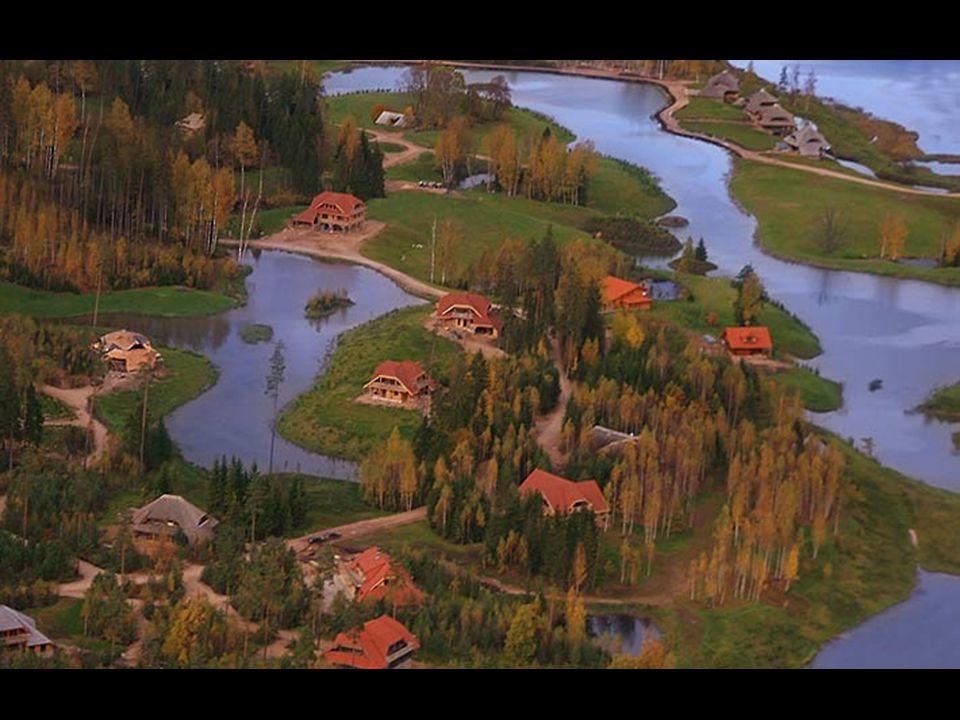Domy jsou umístěny tak, aby kolem nich byl dostatek volného prostoru s výhledy na les, louky, vodu, oblaka. Tyto prvky se tak mohly stát trvalou součá