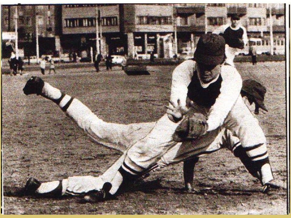 První kontakty se zahraničím • 1974 – na Strahově se představuje kubánská baseballová reprezentace • 1979 – první výjezd baseballového výběru do Holandska - starty reprezentačních týmů se mohly uskutečnit až po vzniku federálního svazu softballu a baseballu • 1985 – Chemie Praha startuje jako první český klub na PMEZ v Itálii • 1987 – první oficiální výjezd československé reprezentace v baseballu – památný zájezd do ruské Tbilisi
