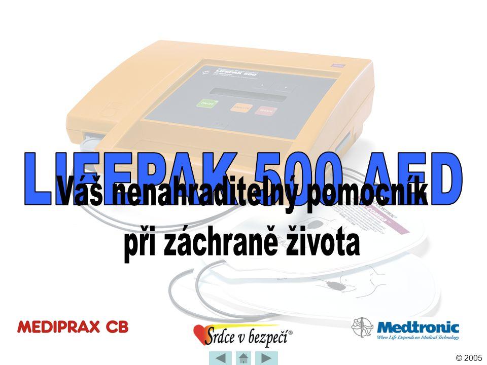 © 2005 Použití defibrilátoru LIFEPAK 500 •Defibrilace je výboj vysoké energie •Tok proudu prochází mezi elektrodami, skrz hmotu srdečního svalu Současně vybije všechna vlákna srdečního svalu Tím obnoví funkci centra řídícího srdeční stahy •Bifázický výboj probíhá tam i zpět ANALÝZA EKG A PROVEDENÍ VÝBOJE – Teoretické minimum •Standardní nastavení má hodnoty od 150 do 200 J Po výboji dvě minuty prováděj KPR – dodržuj poměr 30 stlačení : 2 dechům