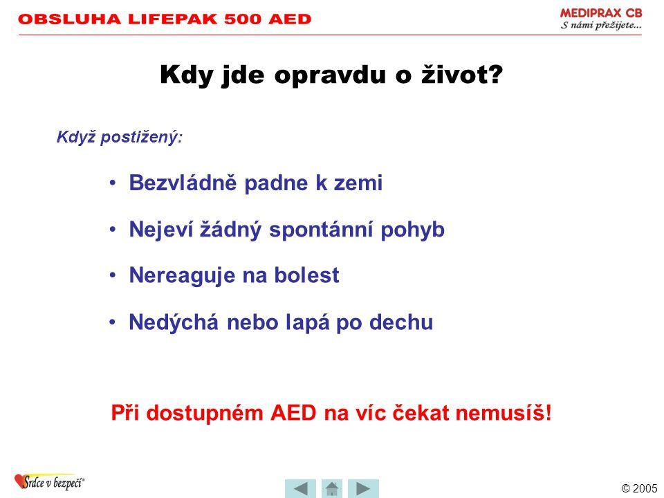 """© 2005 Použití defibrilátoru LIFEPAK 500 •Přístroj zachránce vede slovními i textovými povely •Jejich pořadí je závislé na stavu pacienta (zachránce je neovlivní) •Důležité je naslouchat a řídit se jimi """"Probíhá analýza – odstupte od pacienta (podmínka precizního vyhodnocení) """"Zjištěn pohyb pacienta – zabraňte pohybu (přerušení analýzy) POVELY"""