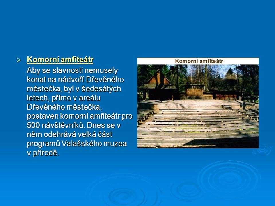  Komorní amfiteátr Aby se slavnosti nemusely konat na nádvoří Dřevěného městečka, byl v šedesátých letech, přímo v areálu Dřevěného městečka, postave
