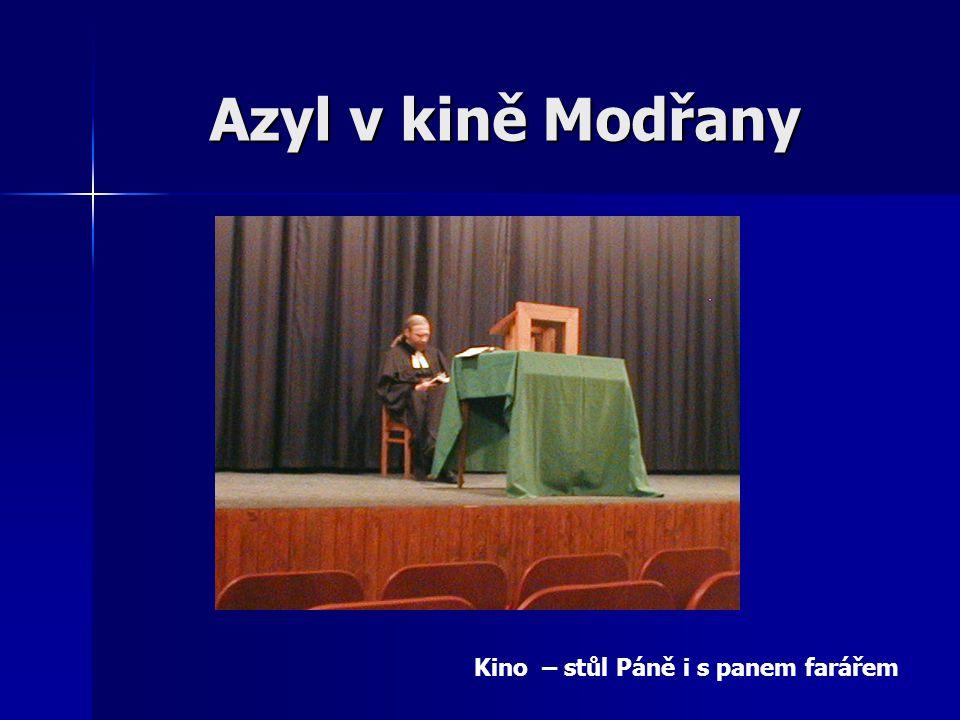 Azyl v kině Modřany Kino – stůl Páně i s panem farářem