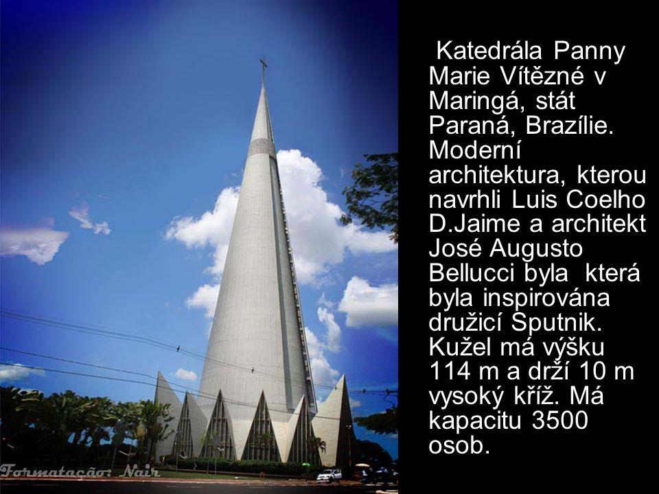 Tuto kapli navrhl architekt Le Corbusier a je považována za jednu z nejdůležitějších staveb ve dvacátém století. Okna v zakřiveých stěnách propuští v