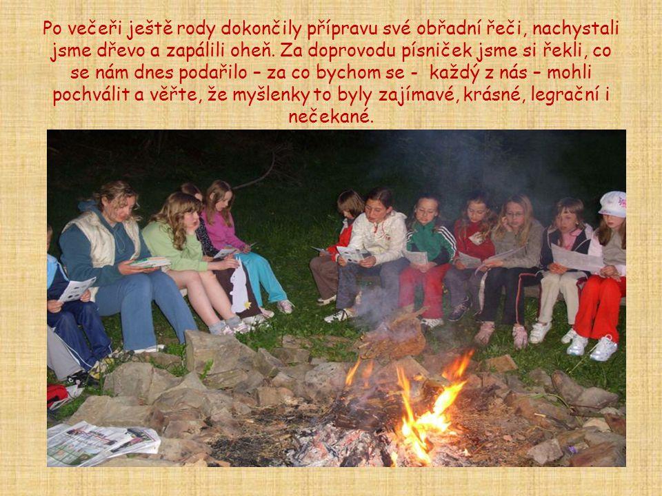 Po večeři ještě rody dokončily přípravu své obřadní řeči, nachystali jsme dřevo a zapálili oheň. Za doprovodu písniček jsme si řekli, co se nám dnes p
