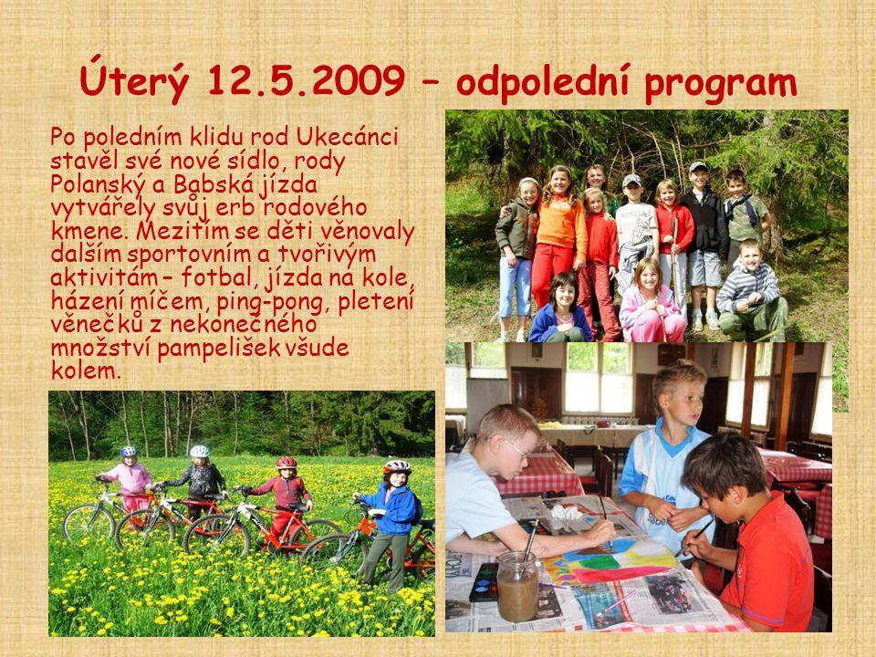 Úterý 12.5.2009 – odpolední program Po poledním klidu rod Ukecánci stavěl své nové sídlo, rody Polanský a Babská jízda vytvářely svůj erb rodového kmene.