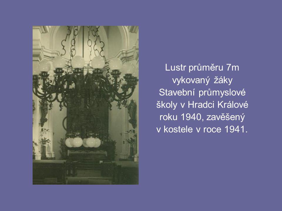 Lustr průměru 7m vykovaný žáky Stavební průmyslové školy v Hradci Králové roku 1940, zavěšený v kostele v roce 1941.