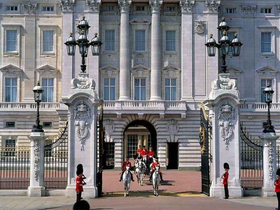 Na rozdíl od běžného názoru ale palác nepatří královně. Buckinghamský palác, Windsorský hrad a jejich umělecké sbírky jsou státním majetkem. Budovu a