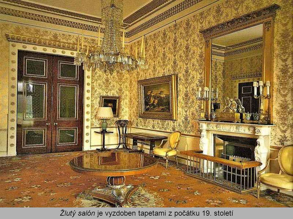 Žlutý salón je vyzdoben tapetami z počátku 19. století