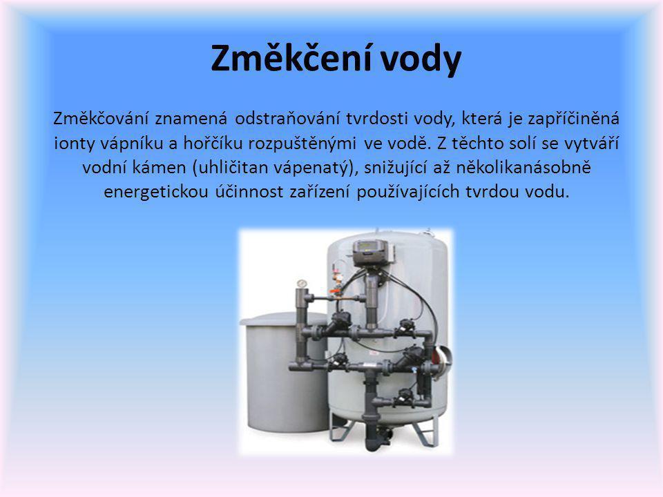 Změkčení vody Změkčování znamená odstraňování tvrdosti vody, která je zapříčiněná ionty vápníku a hořčíku rozpuštěnými ve vodě. Z těchto solí se vytvá