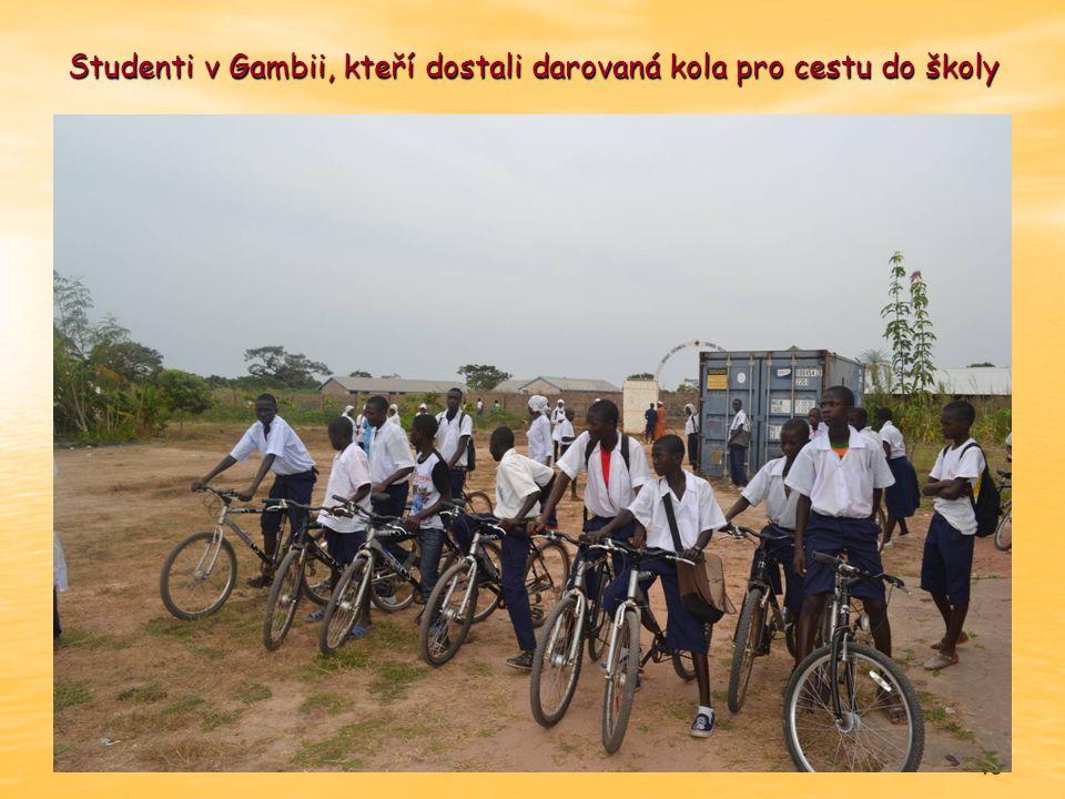 15 Studenti v Gambii, kteří dostali darovaná kola pro cestu do školy