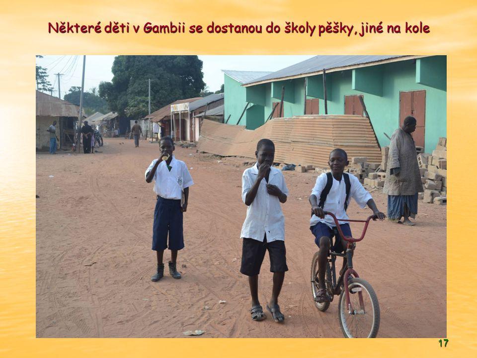 17 Některé děti v Gambii se dostanou do školy pěšky, jiné na kole
