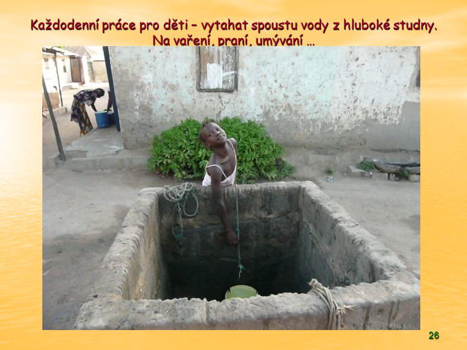 26 Každodenní práce pro děti – vytahat spoustu vody z hluboké studny. Na vaření, praní, umývání …