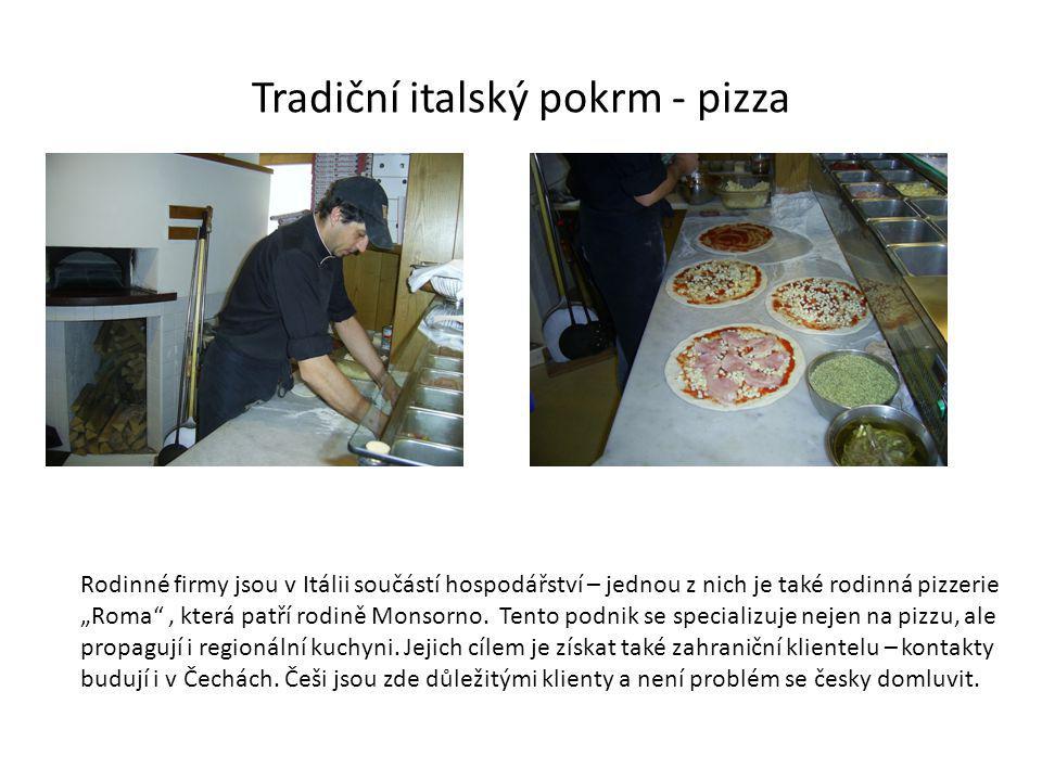 """Tradiční italský pokrm - pizza Rodinné firmy jsou v Itálii součástí hospodářství – jednou z nich je také rodinná pizzerie """"Roma , která patří rodině Monsorno."""