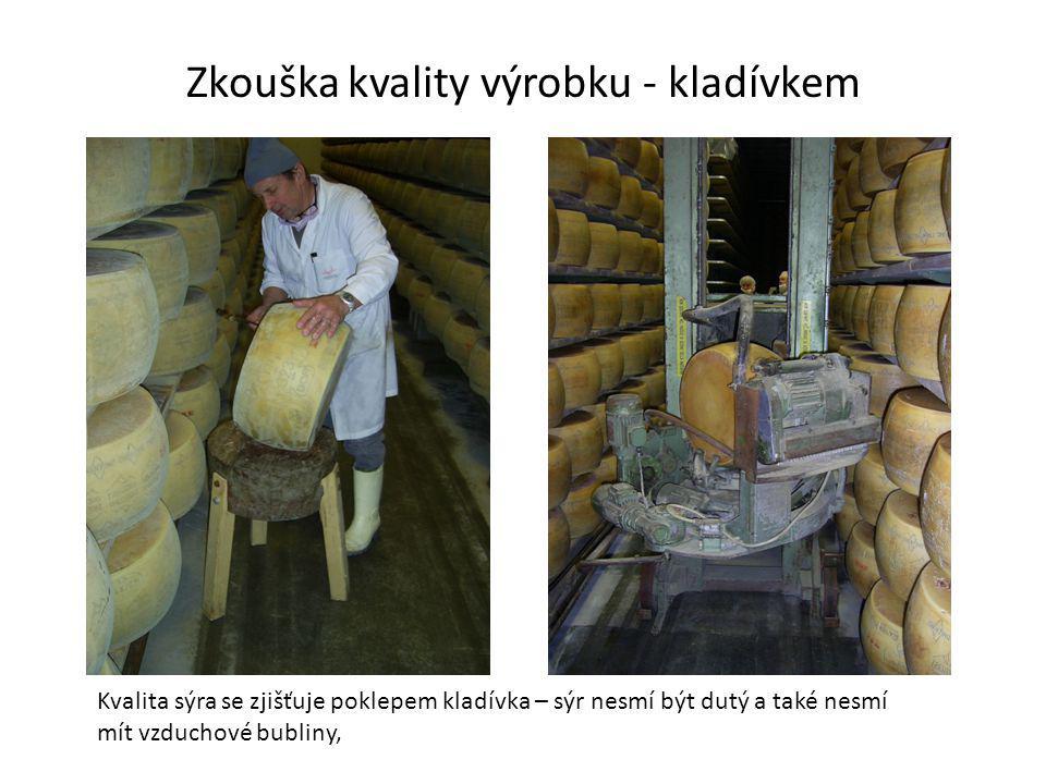 Zkouška kvality výrobku - kladívkem Kvalita sýra se zjišťuje poklepem kladívka – sýr nesmí být dutý a také nesmí mít vzduchové bubliny,