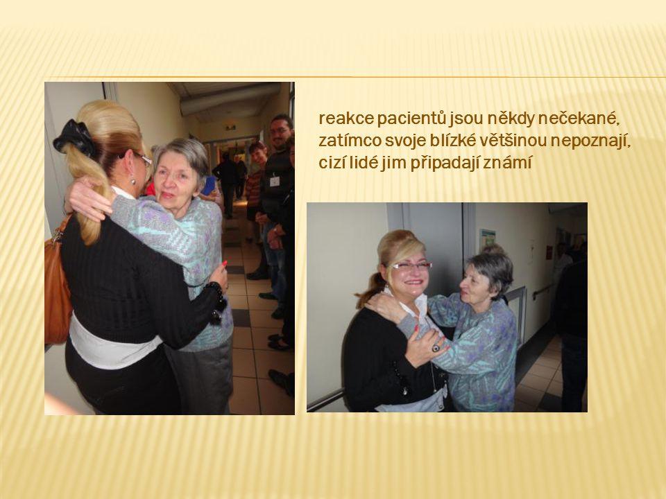 reakce pacientů jsou někdy nečekané, zatímco svoje blízké většinou nepoznají, cizí lidé jim připadají známí