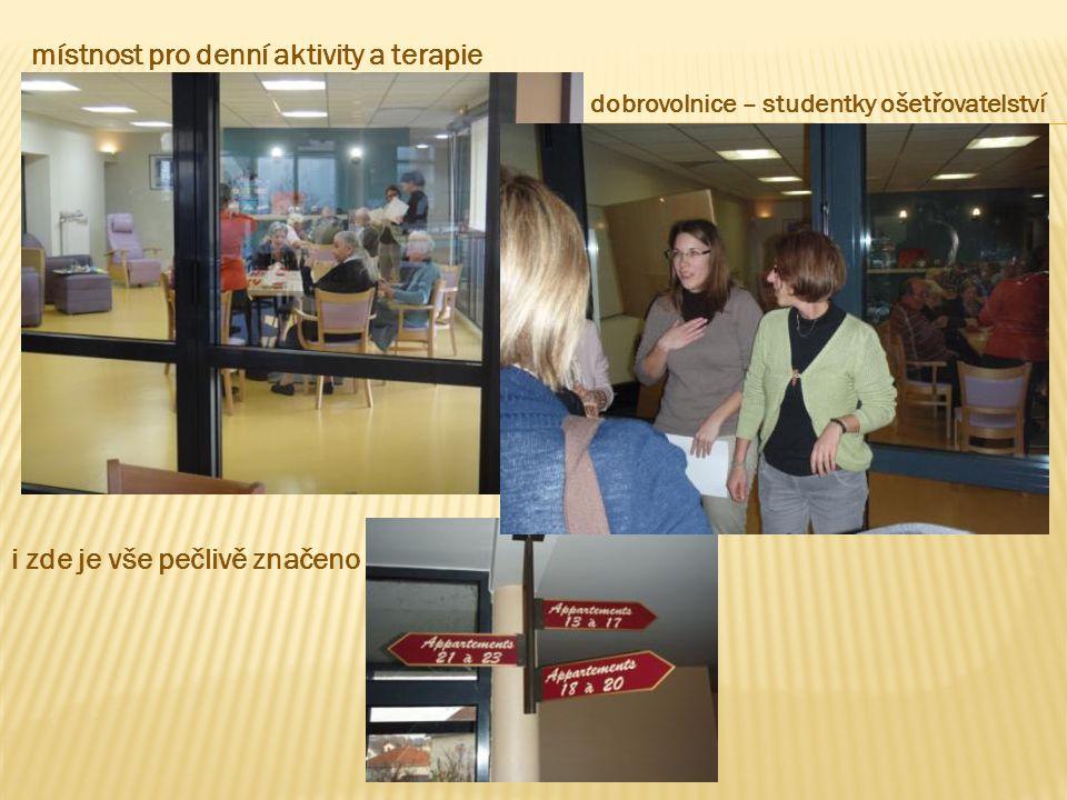 místnost pro denní aktivity a terapie i zde je vše pečlivě značeno dobrovolnice – studentky ošetřovatelství