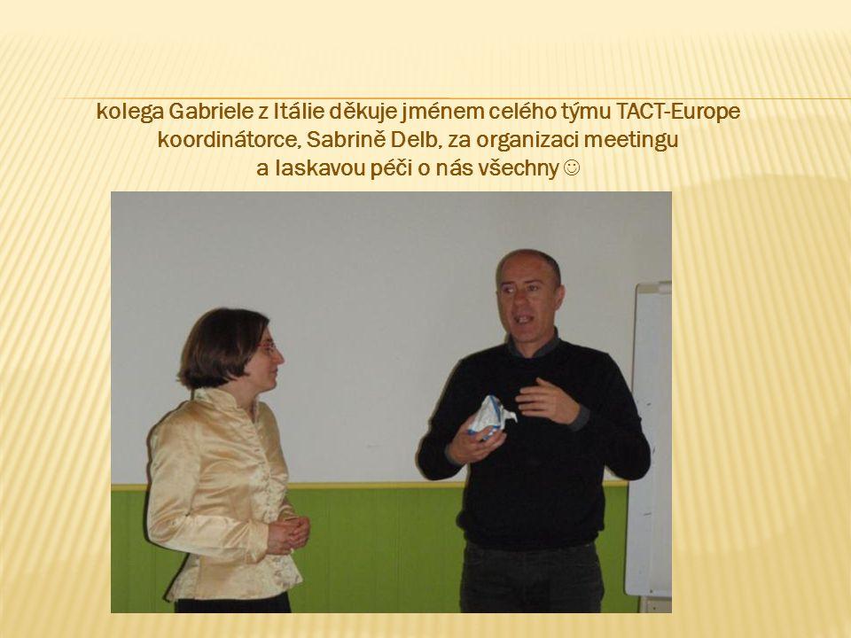kolega Gabriele z Itálie děkuje jménem celého týmu TACT-Europe koordinátorce, Sabrině Delb, za organizaci meetingu a laskavou péči o nás všechny 