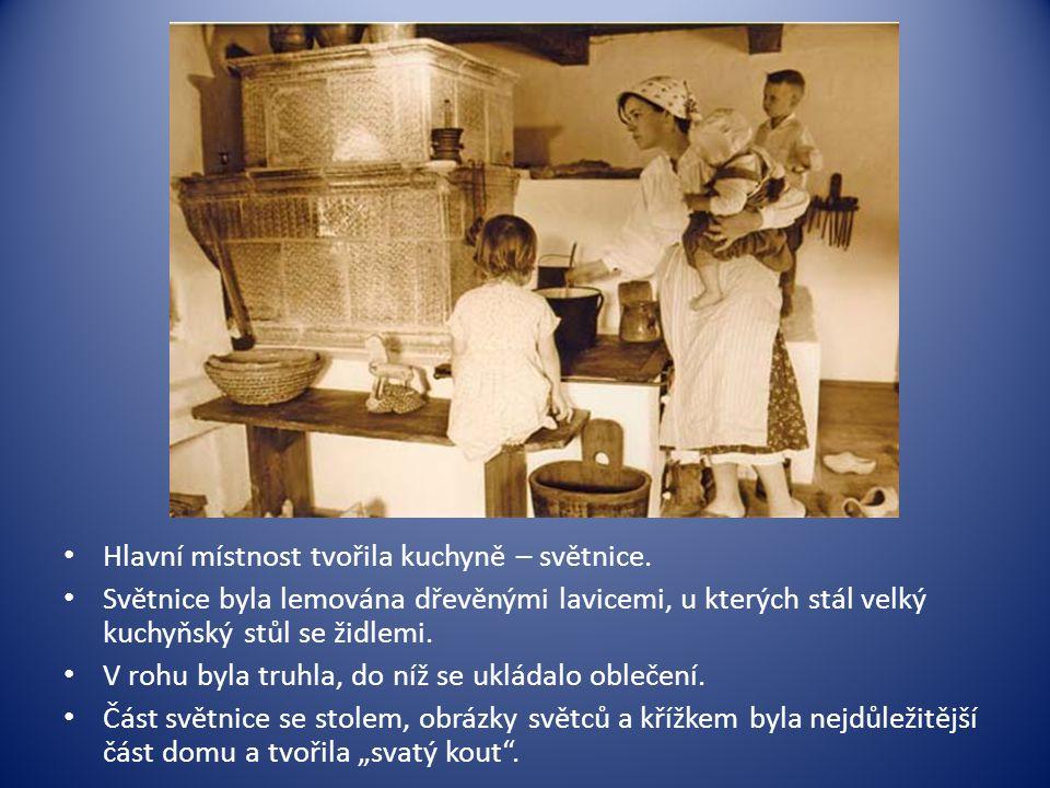 • Hlavní místnost tvořila kuchyně – světnice. • Světnice byla lemována dřevěnými lavicemi, u kterých stál velký kuchyňský stůl se židlemi. • V rohu by