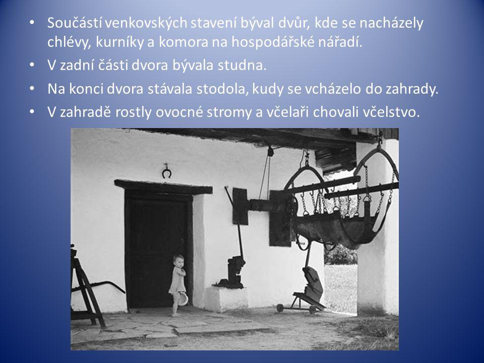 • Součástí venkovských stavení býval dvůr, kde se nacházely chlévy, kurníky a komora na hospodářské nářadí. • V zadní části dvora bývala studna. • Na