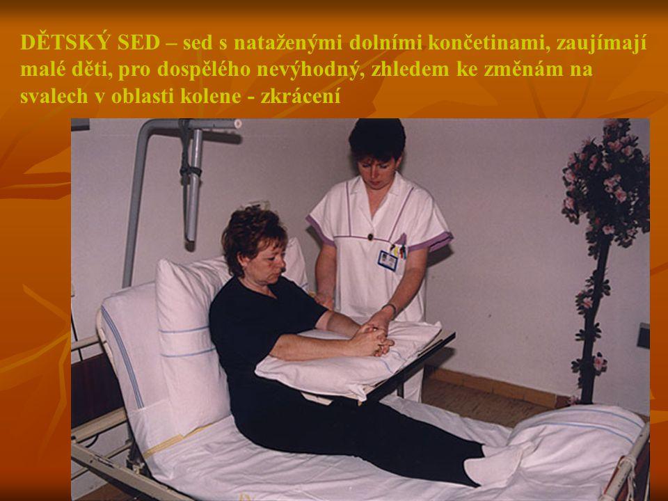 DĚTSKÝ SED – sed s nataženými dolními končetinami, zaujímají malé děti, pro dospělého nevýhodný, zhledem ke změnám na svalech v oblasti kolene - zkrác