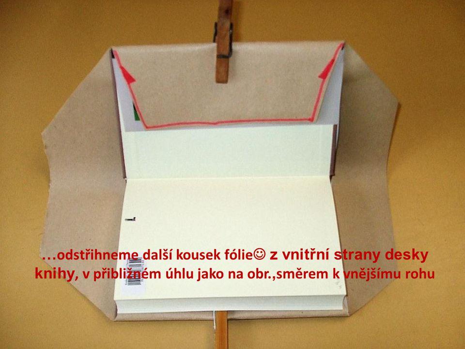 … odstřihneme další kousek fólie  z vnitřní strany desky knihy, v přibližném úhlu jako na obr., směrem k vnějšímu rohu