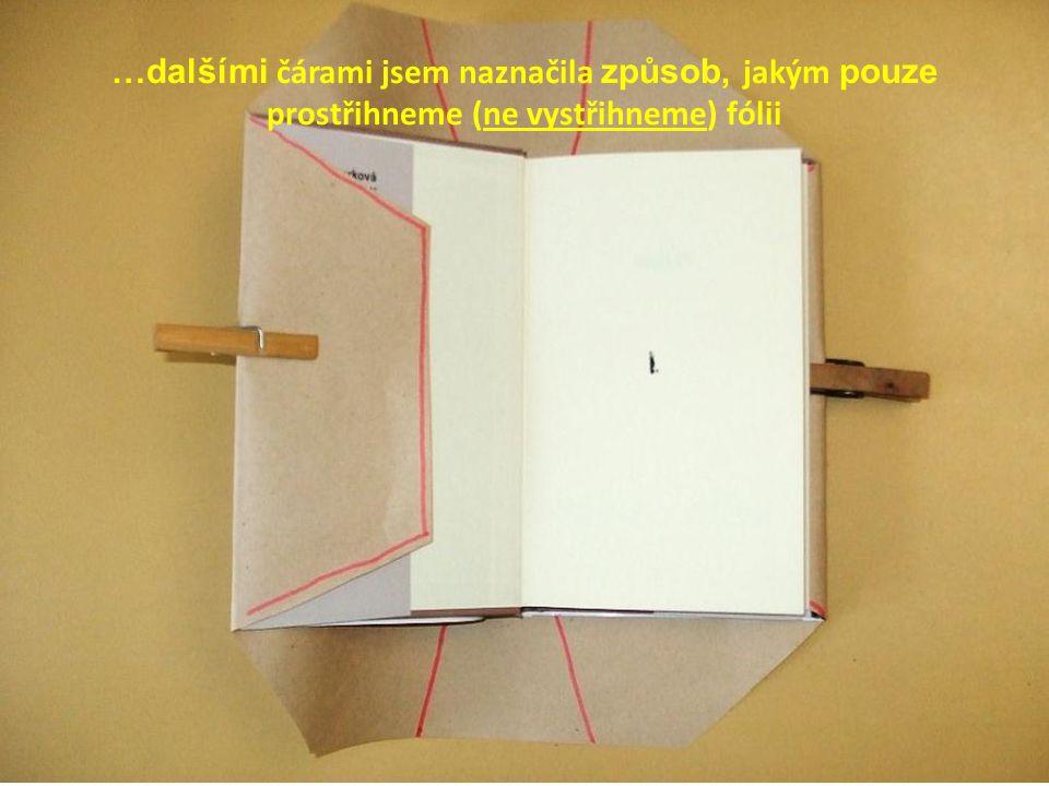 …dalšími čárami jsem naznačila způsob, jakým pouze prostřihneme (ne vystřihneme) fólii