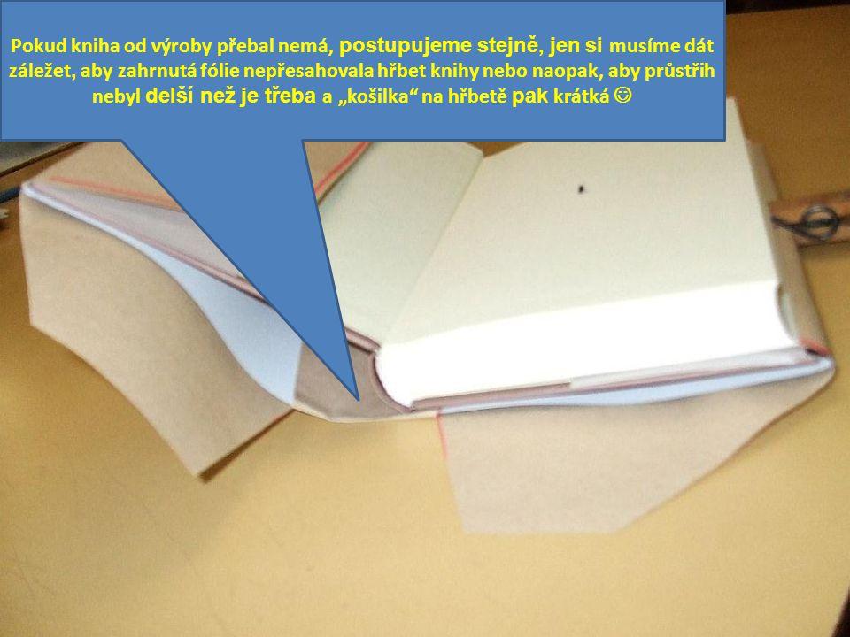 Pokud kniha od výroby přebal nemá, postupujeme stejně, jen si musíme dát záležet, aby zahrnutá fólie nepřesahovala hřbet knihy nebo naopak, aby průstř