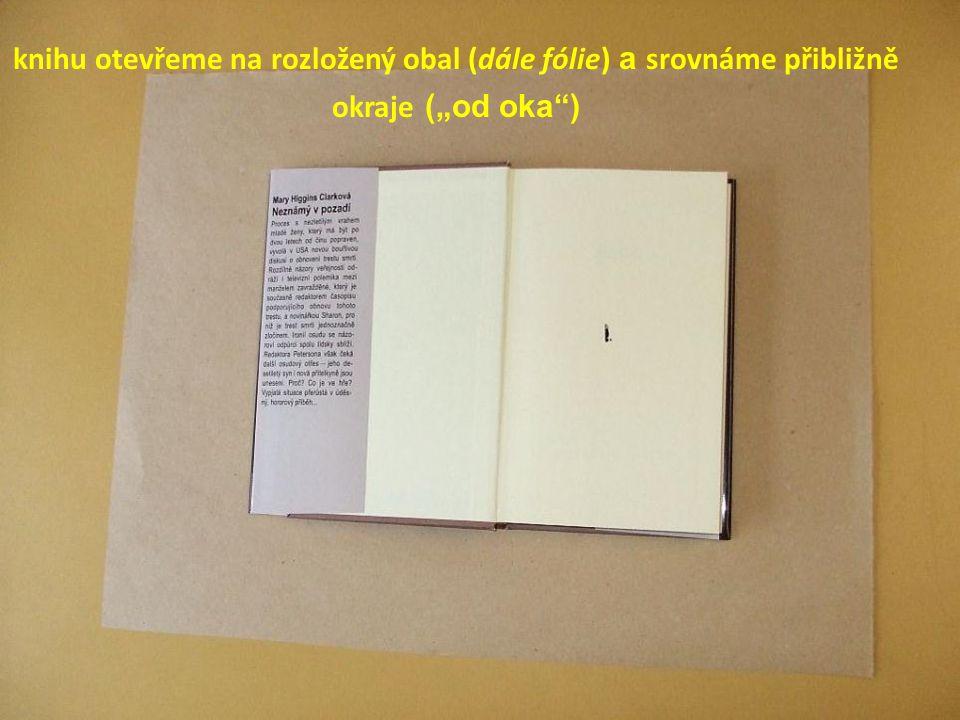 """knihu otevřeme na rozložený obal (dále fólie) a srovnáme přibližně okraje (""""od oka"""")"""