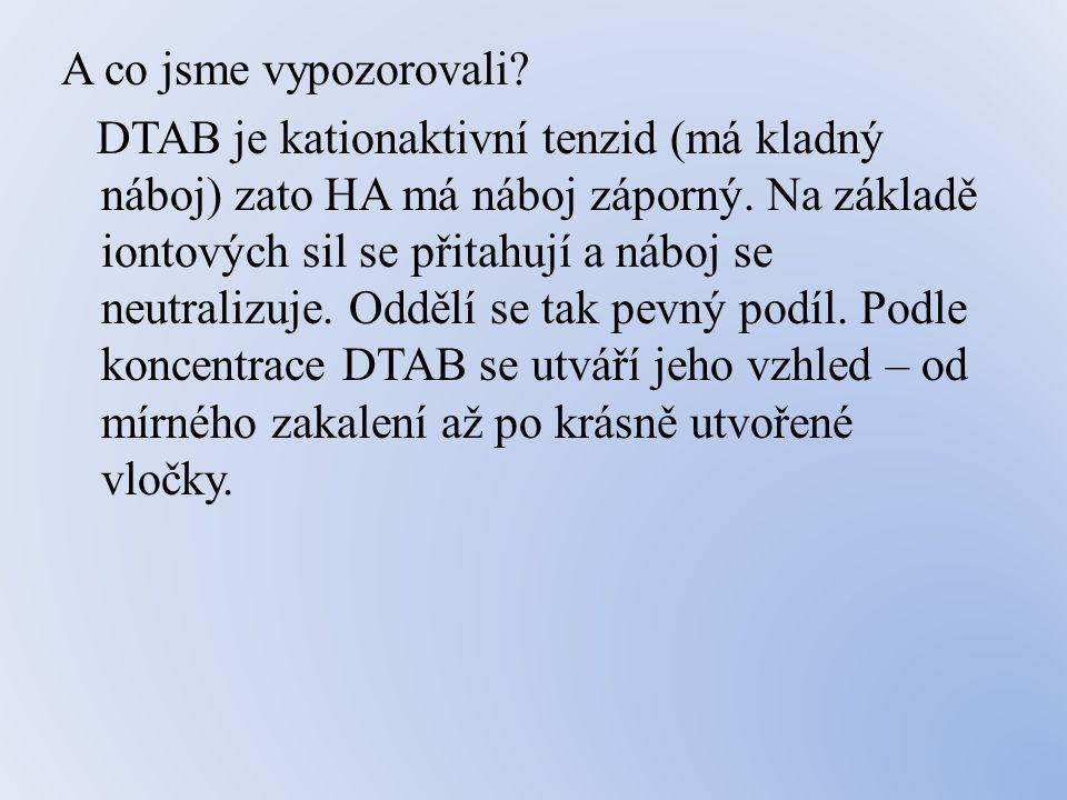 A co jsme vypozorovali. DTAB je kationaktivní tenzid (má kladný náboj) zato HA má náboj záporný.