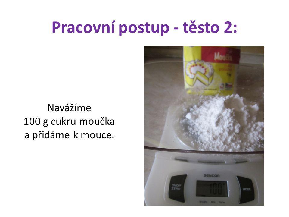 Pracovní postup - těsto 2: Navážíme 100 g cukru moučka a přidáme k mouce.