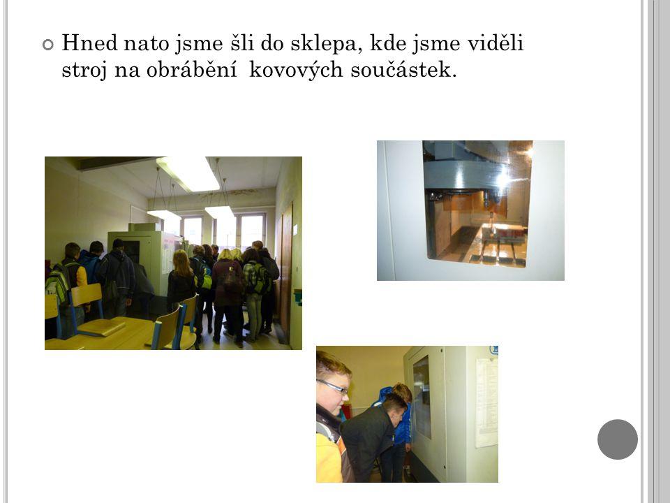 Hned nato jsme šli do sklepa, kde jsme viděli stroj na obrábění kovových součástek.