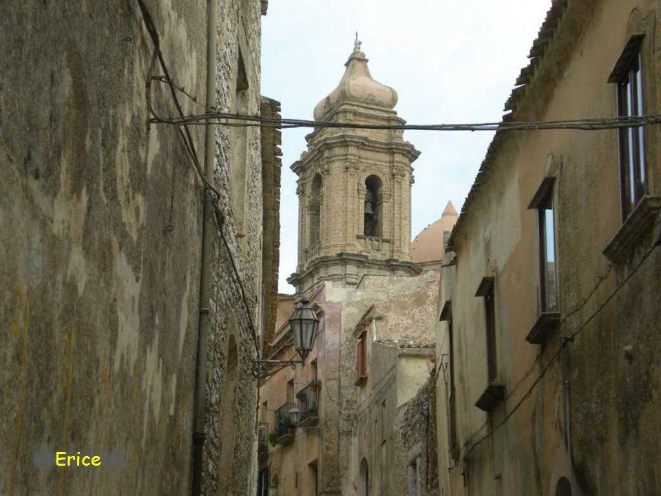 Erice je malé sicilské městečko založené na bájné hoře Eryx již za dob řecké kolonizace ostrovaSe nachází na západě ostrova. Toto původně elymské měst