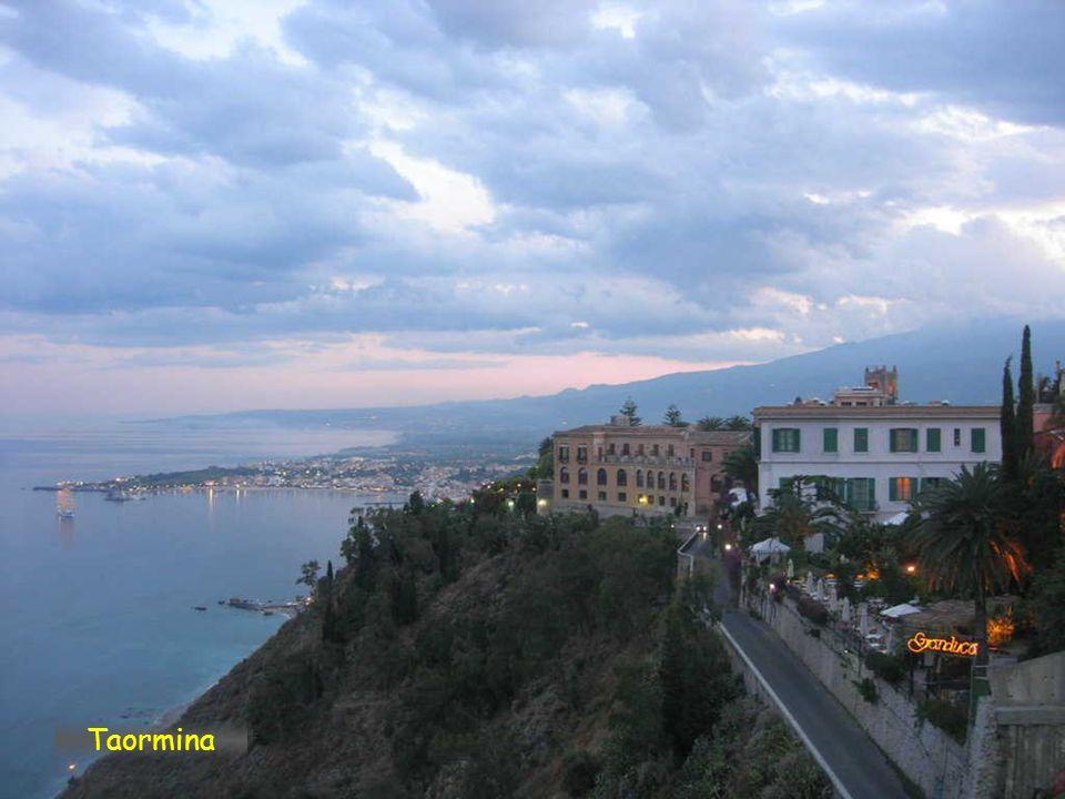 Taormina je město s 11.100 obyvateli na východním pobřeží Sicílie. Vznik města se datuje, že ještě předtím, než se řecká kolonizace usadila na terase