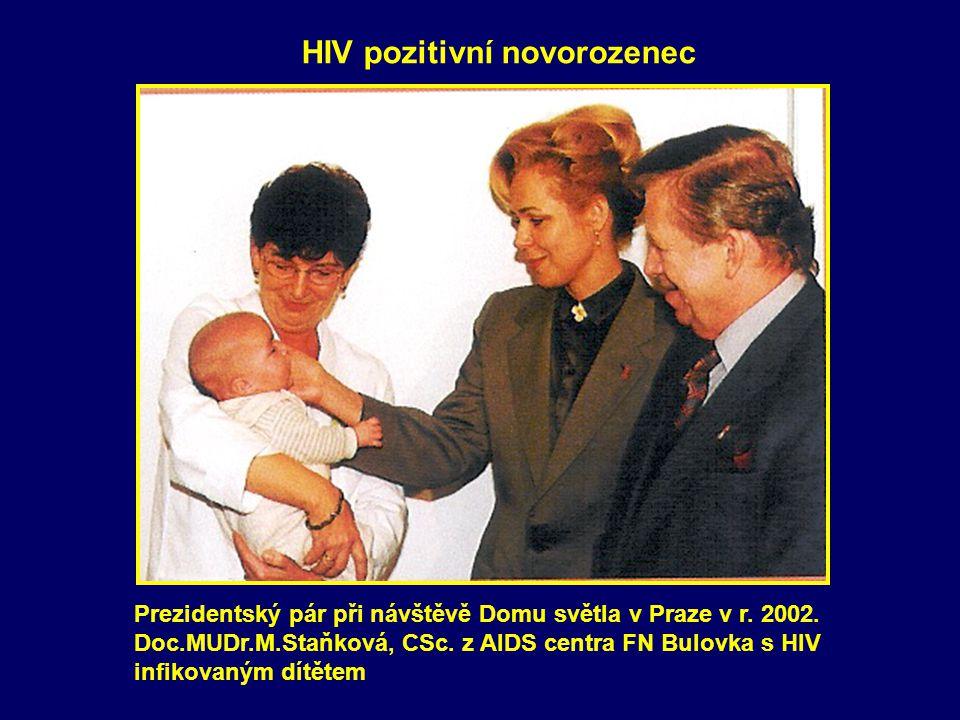 HIV pozitivní novorozenec Prezidentský pár při návštěvě Domu světla v Praze v r.