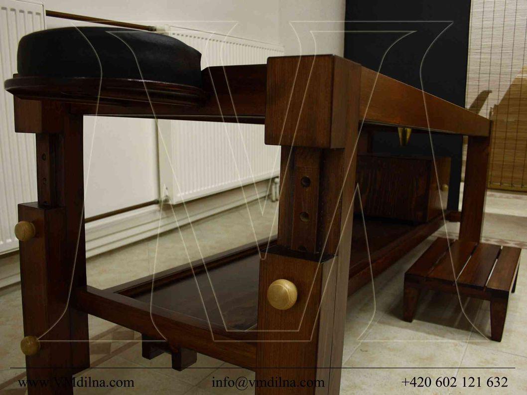 Stůl je výškově nastavitelný a pomocí zvedacího mechanismu je manipulace s ním velmi jednoduchá.