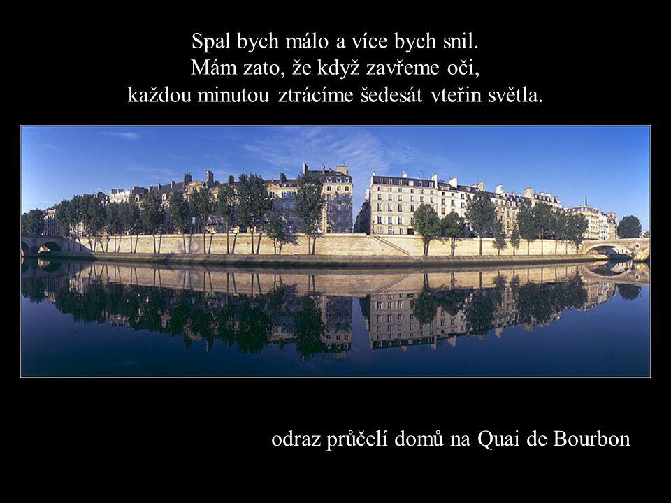 odraz průčelí domů na Quai de Bourbon Spal bych málo a více bych snil.